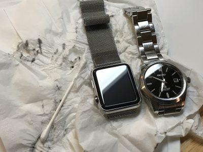 [閲覧注意]時計の金属ベルトから目を背けたいくらいの黒い物質がはがれ落ちる